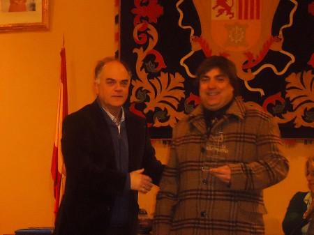 Juan José Gómez recibe el accésit de manos de Fernando Sígler, de Editorial Tréveris.