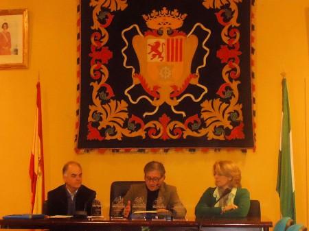 El patrocinador, Ramón Pérez Trujillo, de La Ubriqueña, entre la concejal de Cultura, Josefina Herrera, y Fernando Sígler., de Editorial Tréveris.