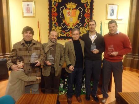 El patrocinador, Ramón Pérez, con los tres primeros premiados y uno de los mencionados con accésit.