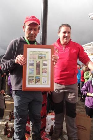 Juan Carlos Huércano entrega una distinción al senderista Pepe Moreno Delgado.