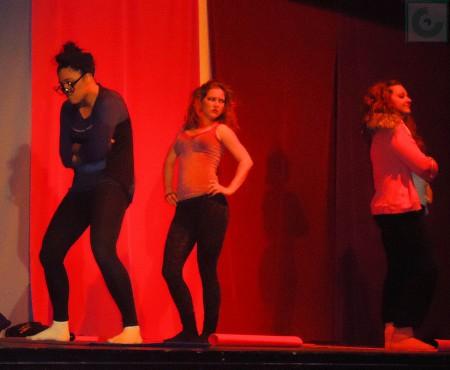 Prototipos femeninos en el escenario del IES Maestro Francisco Fatou.