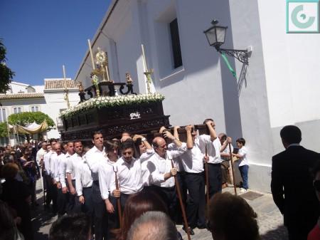 La procesión del Corpus, a la salida de la parroquia.