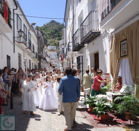 Niños y niñas de primera comunión, en la cabecera de la procesión.