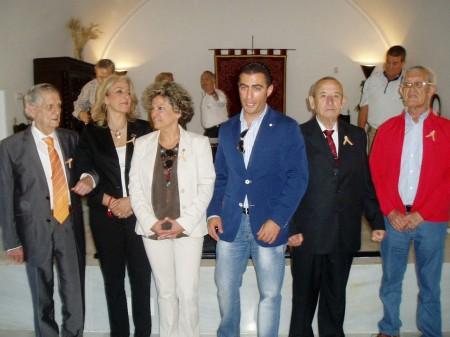 Los homenajeados, con los presentadores del acto.