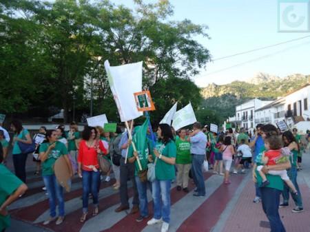 Los manifestantes, ante el colegio Benafélix.