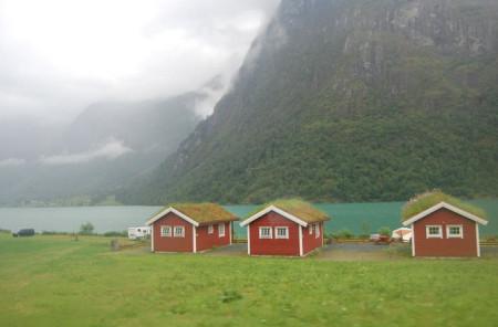 Románticas cabañas se reflejan en tranquilos lagos de color turquesa.