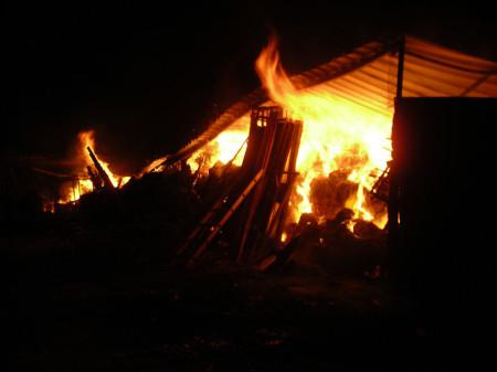 El incendio del pajar, durante la madrugada.