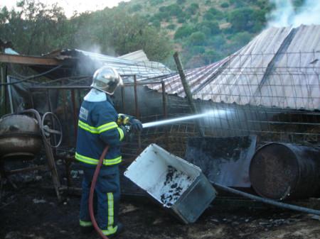 Un bombero, durante las tareas de extinción.