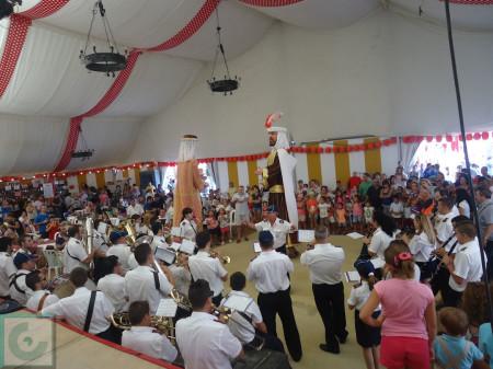 Danza final de los Gigantes a los sones de la Agrupación Musical Ubriqueña en la Caseta Municipal.