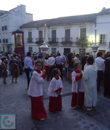 Cabecera de la procesión, al principio de la calle Nevada, con la Trinidad al fondo.