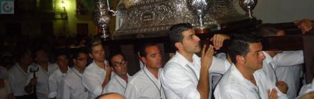 El paso de la Patrona, a hombros de miembros de la Hermandad de Nuestra Señora de los Remedios.