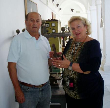 Pablo López entrega su patacabra a Maribel Lobato en el Museo de la Piel (Foto: Paco Solano).