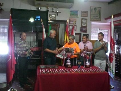 El presidente de la Peña, Miguel Bautista, entrega un cuadro del cartel del Torneo al alcalde, Manuel Toro, como recuerdo de agradecimiento.