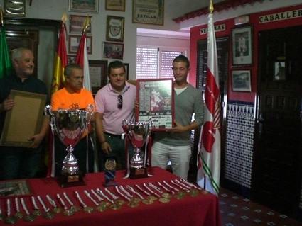 El vicepresidente de la Peña, Francisco Pérez León, entrega un cuadro del cartel al presidente del Comité Local de Fútbol Sala, Francisco Villanueva Vaquero, comorecuerdo de agradecimiento.