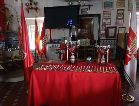 Trofeos y banderas en la Peña, antes del inicio del acto.