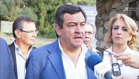 El presidente de la Diputación, con otros dirigentes del PP, a la entrada del yacimiento de Ocuri.