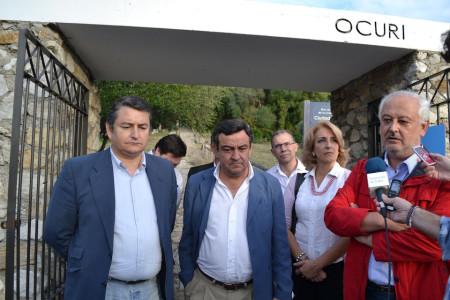 El presidente de la Diputación, el alcalde de Ubrique y otros representantes políticos del PP, en el yacimiento de Ocuri.
