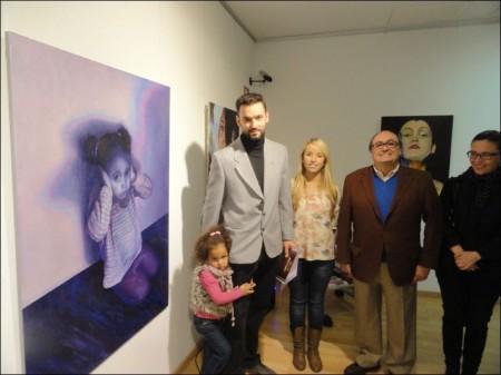 El ganador del certamen, José Hinojos, junto a la obra ganadora, 'Las otras víctimas', María Lloret, concejal de Igualdad, y Pedro Lloret, concejal de Cultura de La Nucía.