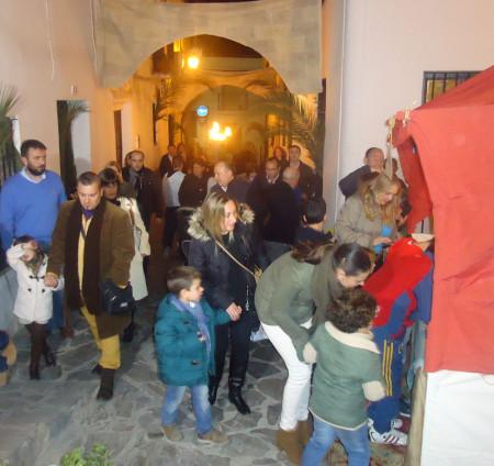 Público a la entrada del portal.