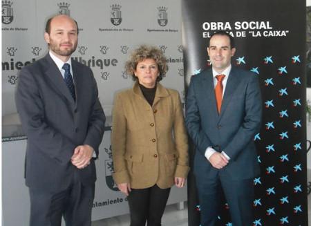 La concejal Pepi Gloria Pérez, con representantes de La Caixa.