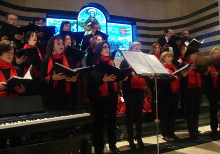 La Coral Polifónica de la Escuela Municipal de Música, durante su actuación en la Residencia de Ancianos.