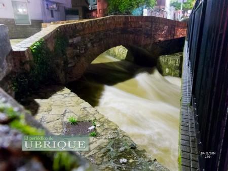 El caudal del río Ubrique a su paso por el antiguo  puente de la avenida de la Diputación. (FotoJuande).
