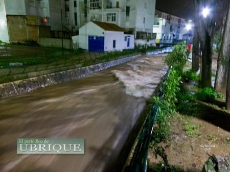 Caudal del río Ubrique el 9 de febrero de 2014, pasadas las 23 horas (FotoJuande).