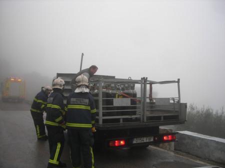 Los bomberos ayudan a reponer la carga en el camión.