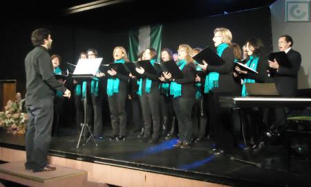 La Coral Polifónica de la Escuela Municipal de Música, dirigida por José García Fernández, durante la interpretación del Himno de Andalucía.