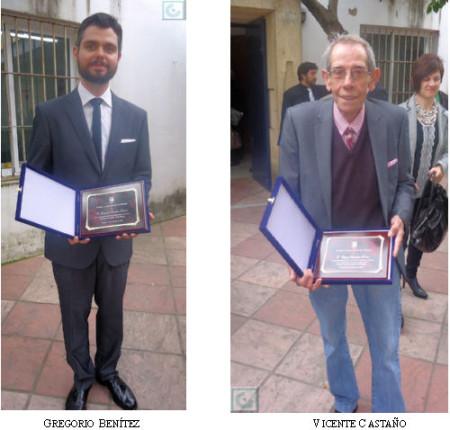 El pisnista Gregorio Benítez y el taurino Vicente Castaño, con sus placas de reconocimiento.