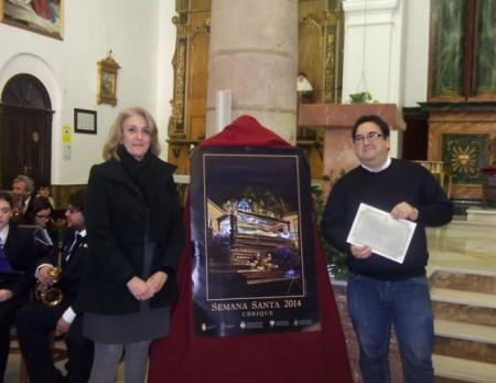 Josefina Herrera y José Luis Guerrero, con el cartel de Semana Santa.