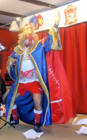 José Pulido García, disfrazado de Fernando III el Santo, durante el XIX pregón carnavalesco de la Peña Sevillista de Ubrique.