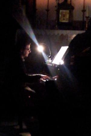 Daniel Borrego, al piano, con el templo en penumbra.