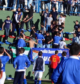 Aficionados del Xerez, en las gradas del estadio Antonio Barbadillo (Foto: www.xerezdeportivofc.com).