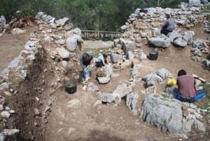 """Tareas de limpieza previa en la zona de la entrada de la Muralla Ciclópea de """"Ocvri"""" (Ubrique, Cádiz), en los primeros días de abril de 2014 ( Foto: Oppidum, gestión cultural y arquelogica)."""