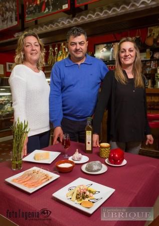 Responsables del bar de la Peña Sevillista de Ubrique (Foto: FotoIngenia para El Periódico de Ubrique).