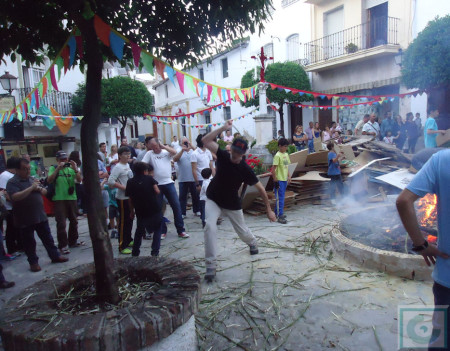 Manuel Ángel Gómez explota un gamón en la plaza de la Verdura el 3 de mayo de 2014.