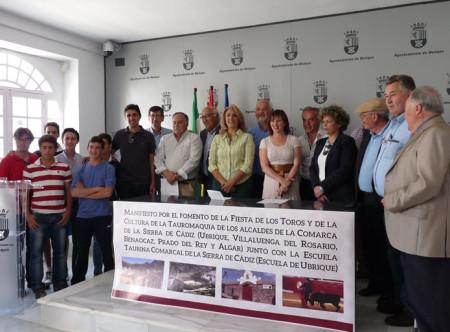 Participantes en el acto de la firma del manifiesto por la tauromaquia.