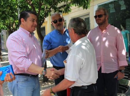 El presidente del PP de Cádiz, Antonio Sanz, con el alcalde de Ubrique, Manuel Toro, durante el reparto de propaganda electoral en la avenida de España.