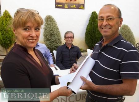 Juan de Molina recibe el primer premio de manos de Juana Mª Esteban, en nombre de 'La Ubriqueña'.