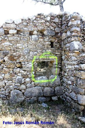 """La pintada que enmarca una supuesta """"ventana"""" en la llamada """"Casa de Vegazo"""", construida sobre los restos de uno de los templos romanos."""