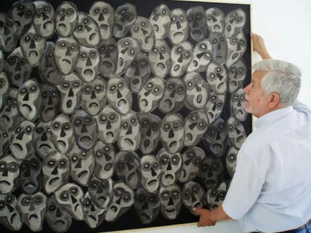 Agüera coloca uno de sus cuadros [Foto: Paco Solano].