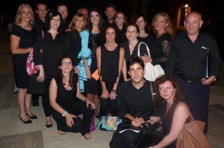 Los miembros de la Coral ubriqueña, con la solista Soraya Méndez y la concejal de Cultura de Ubrique, Josefina Herrera.