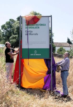 Andrés Rebolledo y Luis Naranjo descubren el panel que declara el marrufo como lugar de memoria.