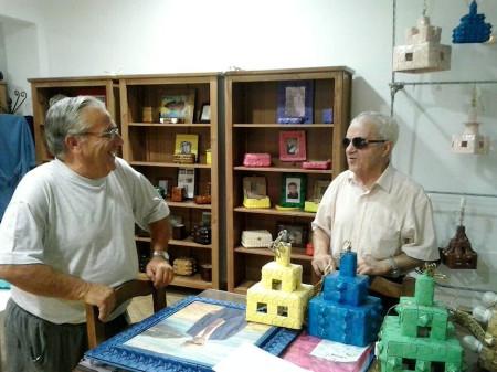 El autor de la exposición, Manuel Pérez Trastoy, con el presidente de la Asociación de Vecinos, Aurelio López.