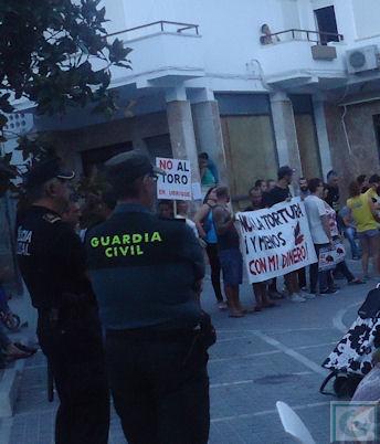 Guardia Civil y Policía Local, ante los concentrados.