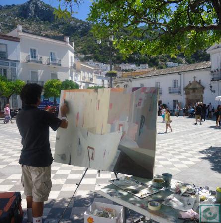 Juan Carlos Porras Funes, que obtuvo el primer premio, durante la ejecución de su obra, en la Plaza del Ayuntamiento.
