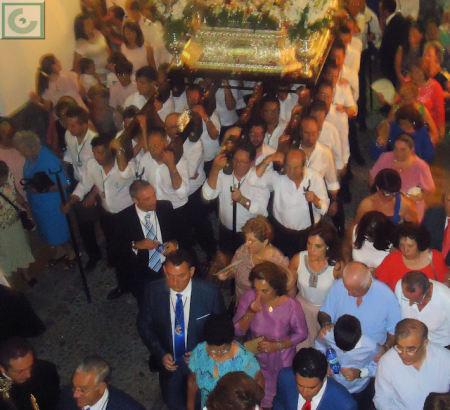 El paso, a hombros de miembros de la Hermandad de Nuestra Señora de los Remedios.
