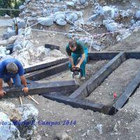 Corte de las vigas de madera con la ayuda de Juan Mancheño (de la empresa Bioreciclaje, concesionaria del Ayuntamiento de Ubrique), con ayuda de Urbano Gago.