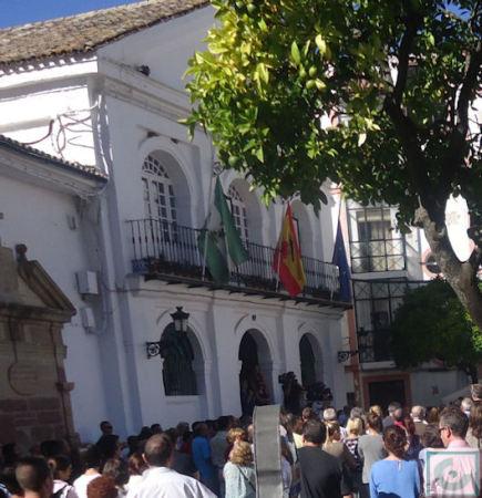 Las banderas del balcón del Ayuntamiento, a media asta.